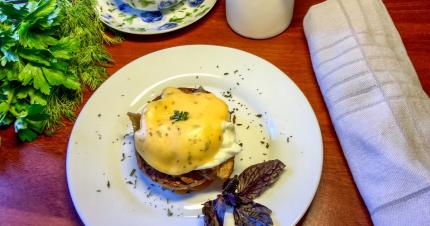 Баклажаны с яйцами «Бенедикт»